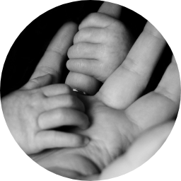 barn håller i vuxens hand
